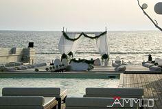 Le nostre magnifiche terrazze, posizionate di fronte al mare e arricchite da splendide piscine, sono il luogo ideale dove allestire un altare nuziale elegante