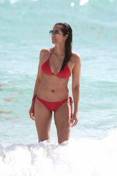 padma_lakshmi_bikini_red_2015_7.jpg (933×1400)
