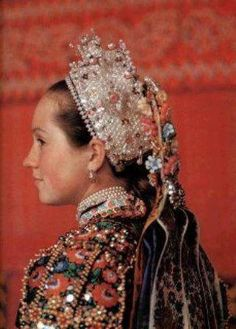 Balassa–Ortutay: Hungarian Ethnography and Folklore / List of Sources for Colour Plates Traditional Art, Traditional Outfits, Shaman Woman, Bridal Headdress, Hungarian Embroidery, Folk Dance, Bridal Crown, Folk Costume, European Fashion