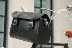 Very classy handlebar tote Leather Craft, Leather Bag, Bike Gadgets, Bicycle Bag, Bike Style, Bicycle Accessories, Bicycling, Biking, Baskets