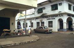 BANCOS. Malabo (Guinea Ecuatorial), 1-1-1982.- Exterior del Banco Mixto Guinextebank, creado en 1980 con un capital de un millón de dólares suscrito a partes iguales por el Banco Exterior de España y el Banco de Crédito y Desarrollo de Guinea Ecuatorial. EFE/Juan María Calvo TAG ID efesptwo090645