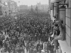Crowds at O'Connell Street (Sackville Street) watch the funeral cortege of Michael Collins pass on its way to Glasnevin Cemetery, August 28 1922 Ireland 1916, Dublin Ireland, Old Pictures, Old Photos, Irish Independence, Easter Rising, Michael Collins, Ireland Homes, Dublin City