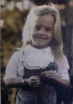 Résultat d'images pour lisa-marie presley Elvis Und Priscilla, Priscilla Queen, Priscilla Presley, Graceland Elvis, Elvis Presley Family, Elvis Presley Photos, Lisa Marie Presley, Robert Sean Leonard, Cuddling