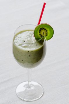Bananas are sweet and creamy, ideal for snacking. But beyond this, black spotted bananas can do wonders in terms of nutrition and healthcare. Kiwi, Shake, Black Spot, Panna Cotta, Nutrition, Ethnic Recipes, Sweet, Drinks, Reading