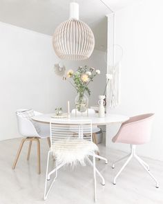 Charming Minimalist Dining Room Design with American Style Ideas - Decorate Your Home Dinning Room Tables, Dining Room Lighting, Dining Room Design, Minimalist Dining Room, Piece A Vivre, Ikea Hacks, Home And Living, Sweet Home, Interior Design