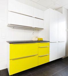 Aina ei tarvitse tyytyä vakiovaihtoehtoihin. Kodinhoitohuoneen maalatut kalusteovet on sävytetty täsmälleen asiakkaan valitsemalla keltaisen sävyllä. - Unique Home