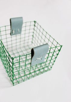 DIY Wire Baskets with Galvanized Hardware Mesh Wire // A Beautiful Mess Diy Beauty Storage, Diy Storage, Diy Basket, Green Basket, Flower Basket, Diy Leather Projects, Ideias Diy, Metal Baskets, Wire Crafts