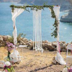 Makramee Liebe - Diese Woche bin ich voll im Makramee Tunel. Kann gar nicht mehr aufhören Ideen zu suchen und diese dann zu machen. Tatsächlich haben wir die ersten Makramees 2016 bei unseren Hochzeiten dekoriert. Schon so lange her.... aber ich denke nächstes Jahr geht es weiter;) Mediterranean Wedding, Wedding Ceremony Decorations, Andalusia, Wedding Designs, Diy Ideas, Glass Vase, Beach, Wedding On The Beach, Love