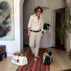 Ah! Saindo de casa... o meu look do primeiro dia! Camisa de linho Gap, calça Maison Scotch, bolsa Elena Ghisellini, sacola Chez Dédé, pulseira Lygia Durand.