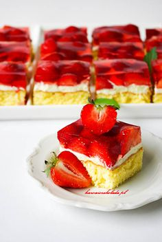 Biszkopt z truskawkami i galaretką | Kawa i Czekolada Polish Recipes, Polish Food, Pumpkin Cheesecake, Yummy Cakes, Sweet Recipes, Deserts, Strawberry, Food And Drink, Sweets