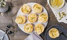 Weiße Schokoladen-Zitronen-Tartelettes Rezept: Kleine Knusperschalen, die mit einer fruchtig-säuerlichen Zitronencreme und einer weißen Schoko-Canache gefüllt werden - Eins von 7.000 leckeren, gelingsicheren Rezepten von Dr. Oetker!