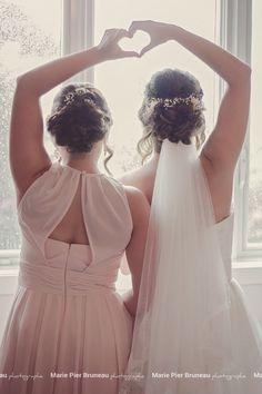 Bridesmaid. Sister. wedding day. Rainy day. Prep. Ready to go. Love.  Old pink off white.  hairdo.  - Demoiselle d'honneur. Soeurs. Mariage. Pluvieux. Pret à partir. Préparation. Amour. Vieux rose. Coiffure.