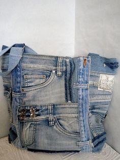 Women's bag of jeans. Stylish bag of recycled jeans. An old jeans. Denim bag with lining. Denim Bag Patterns, Denim Backpack, Denim Crafts, Denim Patchwork, Shoes With Jeans, Clothing Hacks, Girls Jeans, Trends, Clothes