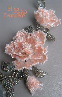 淡いピンクの薔薇のビーズコサージュ no se si Ka Beading Projects, Beading Tutorials, Beading Patterns, Seed Bead Flowers, Beaded Flowers, Bead Jewellery, Beaded Jewelry, Beaded Necklaces, Crochet Bedspread Pattern