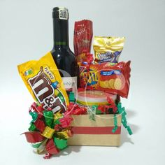 Ancheta con vino tinto y snacks! Creative Gift Baskets, Diy Gift Baskets, Creative Gifts, Fathers Day Gift Basket, Fathers Day Gifts, Christmas Crafs, Homeade Gifts, Paper Bag Crafts, Blessing Bags