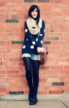 Cream scarf + Navy polka dot sweater + Shorts with tights = Best outfit. Shorts With Tights, Sweater And Shorts, Sweater Tights, Sweater Scarf, Black Leggings, Jean Shorts, Denim Fashion, Look Fashion, Dr. Martens