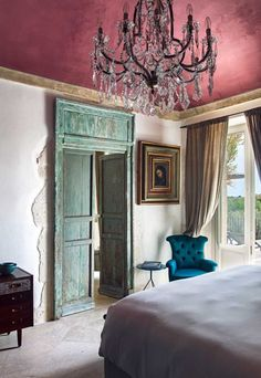✨✨💕💚✨Dreamy Century Palazzo bedroom with the most fabulous painted ceiling, with carefully curated Mid Century and Century furniture, makes for a perfectly balanced room ✨💕💚✨ Colour Architecture, Interior Architecture, Interior Styling, Interior Decorating, Interior Design, Mexican Style Homes, Pink Ceiling, Interior Exterior, Interior Door