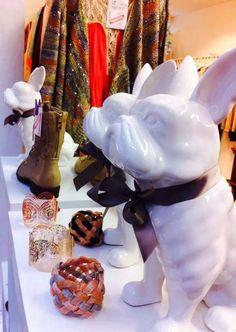 Des bouledogues mignons comme tout montent la garde dans nos boutiques #bazardefilles #interditauxhommes #ambiance #boutique #frenchbulldog