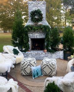 Outdoor Christmas Fireplace Decor Outdoor Christmas Fireplace Decorating ideas Outdoor Christmas Fireplace Decor - more on Home Bunch blog