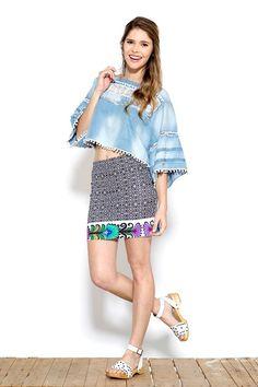 A saia é curta? acrescente uma barra floral ou outro padrão a sua escolha