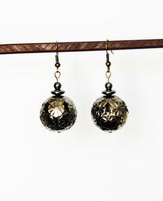 Boucles d'oreille avec perle en métal ajouré et hématites : Boucles d'oreille par lapetitechoppe-bijoux