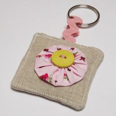 Suffolk Puff Keyring Vintage Floral Fabric by ArtyThreads on Etsy Brooches Handmade, Handmade Felt, Felt Keychain, Vintage Floral Fabric, Contemporary Embroidery, Key Fobs, Diy Arts And Crafts, Flower Crafts, Sewing Projects