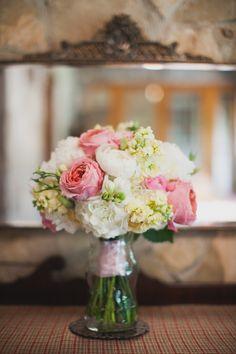 garden rose, hydrangea, sweet pea, and ranunculus bouquet | Loft Photographie #wedding