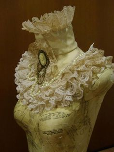 Ivory ruffle colar neo-Victorian