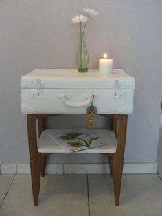 Objet détourné, meuble valise blanc et bois naturel vintage