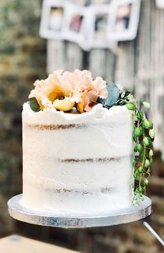 A delicious cake is the sweetest ending to a perfect wedding celebration. If you're looking for wedding cake inspiration, browsing through wedding cake pictures. Hawiian Wedding Cake, Lemon Wedding Cakes, Pretty Wedding Cakes, Floral Wedding Cakes, Themed Wedding Cakes, Wedding Cake Designs, Cake Wedding, Wedding Themes, Wedding Colors