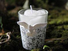 Vela no copinho com acabamento em tecido de algodão e fita de cetim com aplique de pomba.  Ideal para lembrancinha de batizado e crisma.  Para embalagem de tule branco com fita de cetim, acrescentar R$1,20. Opção de tag personalizado por mais R$0,60.  Pedido mínimo de 10 unidades R$5,10. Vejam mais no site www.thaismarostica.com.br - ela também tem Pinterest!