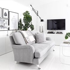 Fantastiskt fint med det vita och gråa hos @evablixman kul också att bryta av med en grön växt Hennes Hermes-filt står högst upp på min önskelista för tillfället! Jag älskar den #amelieinspo
