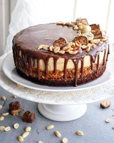 Чизкейк Сникерс   HomeBaked Snickers Cheesecake, Cheesecake Recipes, Gourmet Recipes, Dessert Recipes, Russian Cakes, Cool Cake Designs, Torte Cake, Cream Cheese Recipes, Drip Cakes