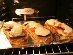 pain de campagne, emmental, tomate, oignon, bûche de chèvre, mozzarella, ail, aubergine, tomate pelée, poivron