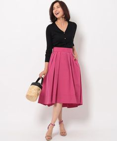 ピンクのスカートに黒のトップスを合わせたコーディネート Skirt Pants, Midi Skirt, Fashion Pants, Short Skirts, High Waisted Skirt, Womens Fashion, Ladies Fashion, Lady, Pink