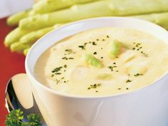 Delikatna zupa krem ze szparagów  Składniki na 2 porcje: pęczek białych szparagów (ew. ze słoiczka) 1 szkl. bulionu 1 szkl. kremówki łyżka masła 2 żółtka mała cebula sok z cytryny gałka muszkatołowa sól, pieprz