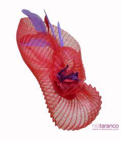 """""""Rachael Red"""", crin plisado en rojo Valentino, pétalos de seda morados moldeados a mano y coordinados con las plumas en rojo y morado... #tocados #alquilerdetocados #tocadosmadrid"""