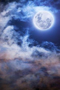 """""""Dime por favor cuál es la noche, que no tiene el color de tu mirada; cuál es el sol, que tiene luz tan solo, y no la sensación de que me llamas."""" Poemas de Jorge Luis Borges"""