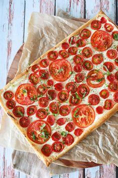 Lækker Butterdejstærte Med Tomater Og Flødeost - Skøn Som Forret Pizza Recipes, Vegetarian Recipes, Dinner Recipes, Surprise Recipe, Food Crush, Soul Food, Bon Appetit, Tapas, Feta