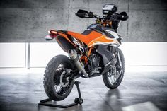 If you love bikes, you're bound to be excited about the KTM 790 Adventure R. This is a bike that has not yet hit production, but a pre-production model Ktm Dirt Bikes, Ktm Motorcycles, Vintage Motorcycles, Custom Motorcycles, Moto Enduro, Ktm 690 Enduro, Enduro Motorcycle, Motorcycle Luggage, Scrambler