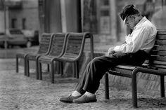 """A definição de luto segundo o dicionário é """"sentimento de dor pela morte de alguém"""", porém, o luto ocorre não somente quando perdemos alguém, mas também está presente em todas as perdas significativas, seja a perda de um objeto, um animal de estimação, um emprego ou do que quer que seja."""