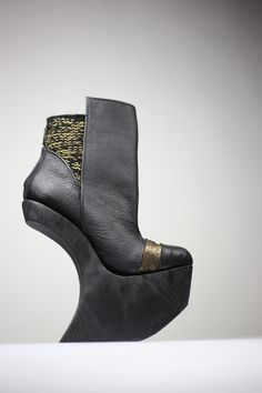 black and gold! High Heels, Wedges, Booty, Ankle, Gold, Shoes, Black, Fashion, Moda