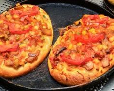 A quicky way to make a good pizza - use pita bread for the dough and then top with your favorite topping. Here we used lox and a combination of vegetables. Pizza Express, Pita Pizzas, Snack Recipes, Healthy Recipes, Healthy Food, Pizza Party, Good Pizza, Fish Dishes, Hawaiian Pizza