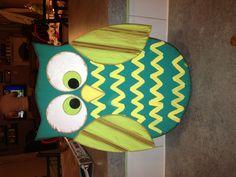 Painted wooden owl Owl Door Hangers, Wooden Door Hangers, Owl Crafts, Crafts For Kids, Wood Projects, Craft Projects, Craft Ideas, Owl Bathroom, Garden Owl