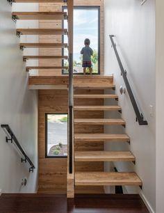 escalier en bois raide sécurisé d'une rampe et une main courante