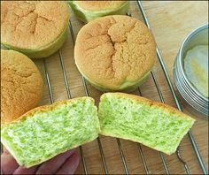 KitchenTigress: Pandan Chiffon Cupcakes (w video instructions) ~ Small chiffon cupcakes can be much fluffier than big chiffon cakes baked in a tube pan *must try recipe Pandan Chiffon Cake, Pandan Cake, Cupcake Recipes, Cupcake Cakes, Dessert Recipes, Food Cakes, Most Popular Recipes, Favorite Recipes, Donuts