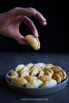 Mini Kok Chai (Chinese Crispy Peanut Puffs) - Baked or Fried. Make these traditional Cantonese mini peanut puffs kok chai / yao kok that are usually seen during Chinese New Year. They can be baked and fried and tastes so amazing. New Year's Desserts, Chinese Desserts, Chinese Food, Dessert Recipes, New Year's Food, Good Food, Silvester Snacks, New Year's Snacks, New Year's Eve Appetizers