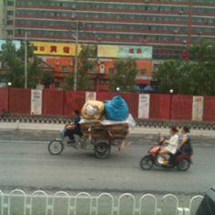 자전거 위에 짐더미가 보이는가? 중국의 위력이다