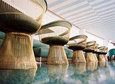 Avalon Hotel by Kelly Wearstler via Lonny - des chaises Platner par dizainnnnnnnnnes