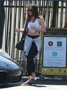 Dakota Johnson deixando a aula de yoga em West Hollywood, 19 de abril!